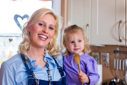 Familie - Mutter und Kind backen Pizza