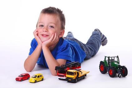 Junge mit Spiezeugautos