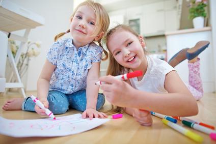 Kinder malen Bild mit Filzstift