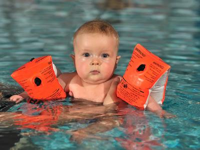 Baby beim schwimmen